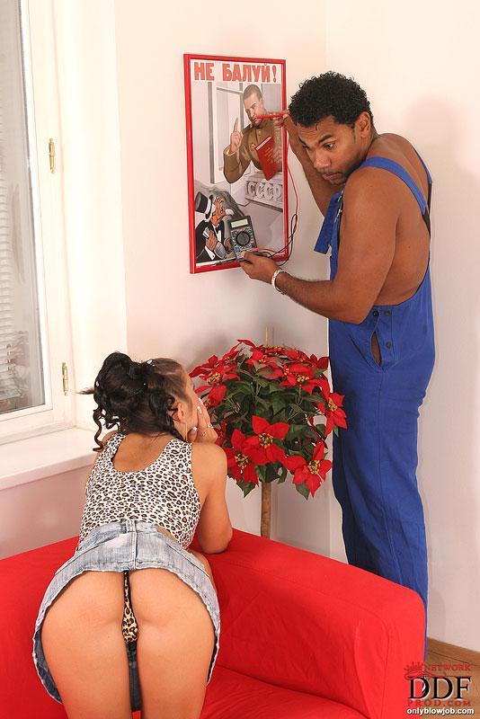 Хозяйка дома отблагодарила рабочего смачным минетом - секс порно фото