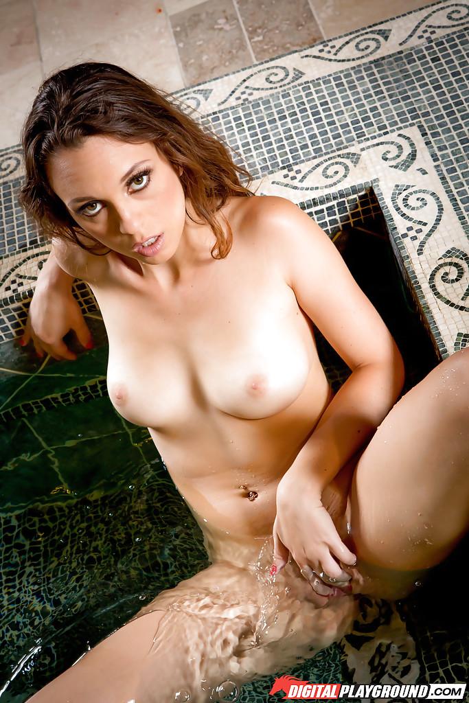 Милашка хвастается своими сиськами в бассейне - секс порно фото