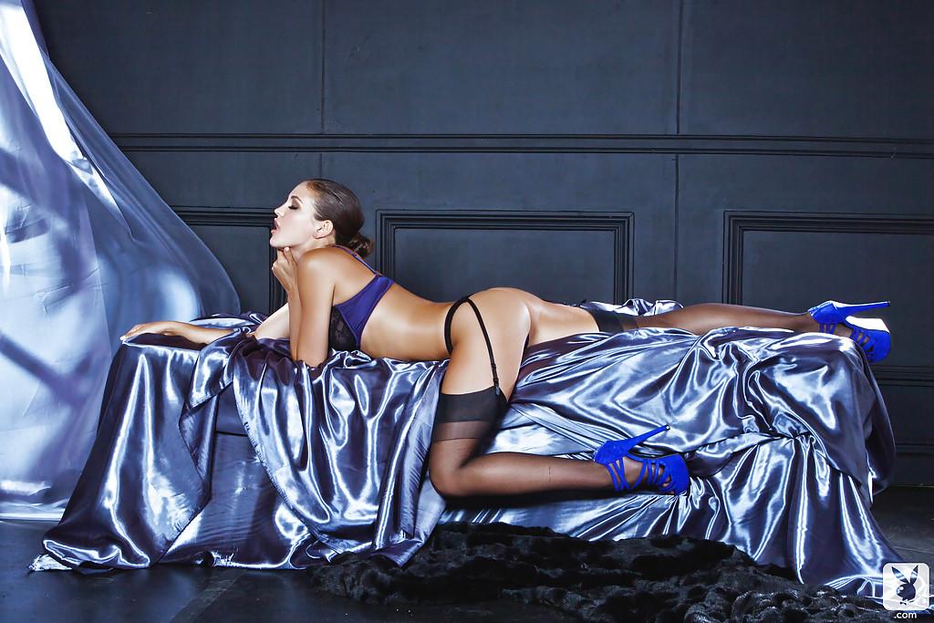 Красивая деваха в чёрных чулках раздевается на атласной простыне - секс порно фото