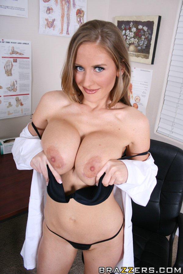 Сексуальная докторша устроила стриптиз на рабочем месте - секс порно фото