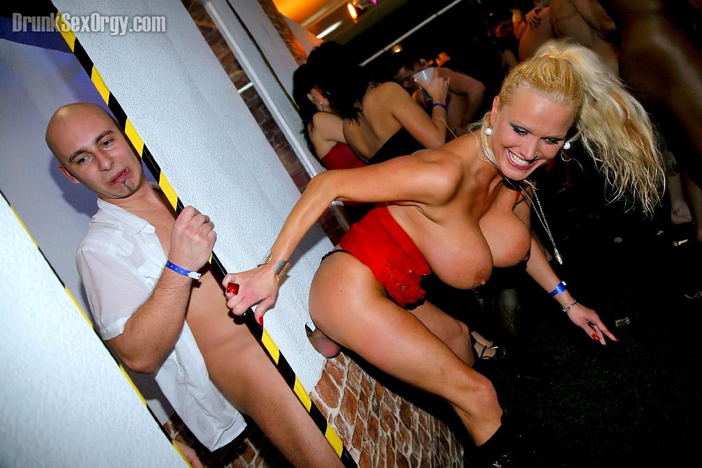 Пьяные телки отсасывают и трахаются с незнакомцами на тусовке - секс порно фото