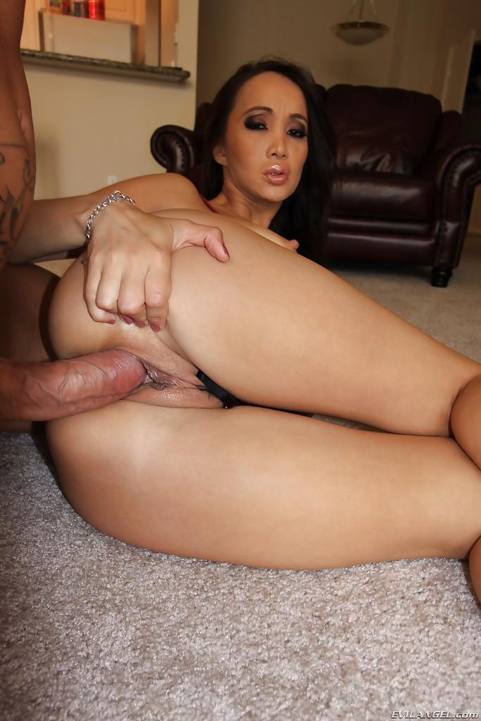 Зрелая азиатка с большими сиськами наслаждается большим членом - секс порно фото