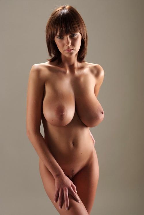 Подборка снимков сексуальных девушек с большими буферами на природе - секс порно фото