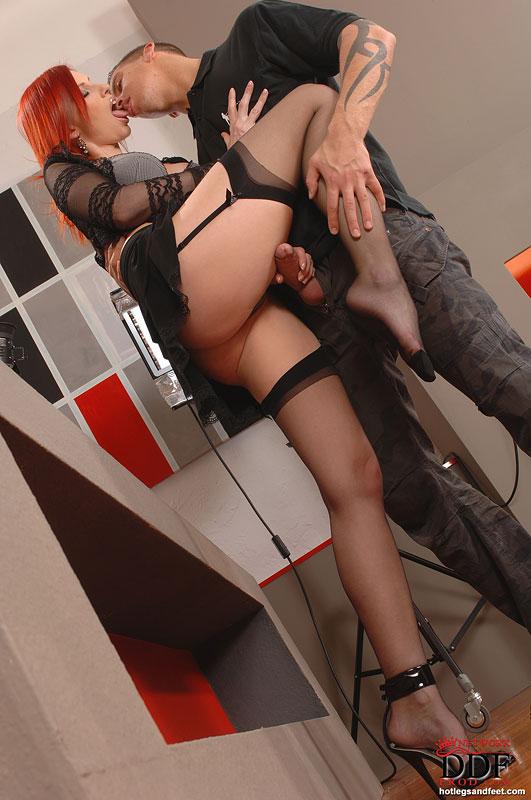 Фотограф развел на секс рыжую модель - секс порно фото