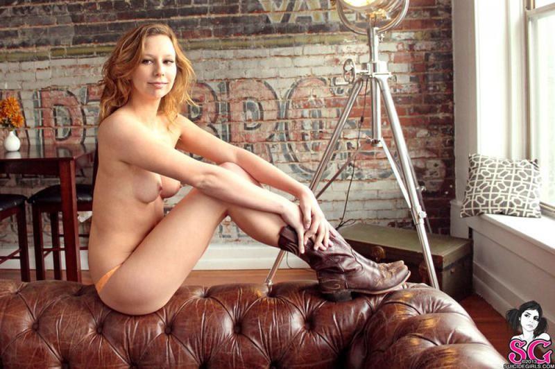 Фермерская девушка раздевается на кожаном диване - секс порно фото