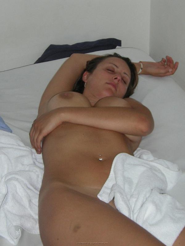 Сексуальная жена фотографируется голой для мужа - секс порно фото