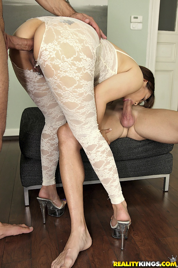Азиатскую мамашу трахают сразу два любовника на пуфике - секс порно фото