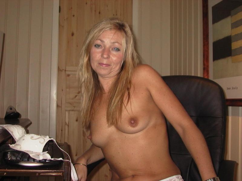 Беловолосая мамаша свободно разгуливает по дому голышом - секс порно фото