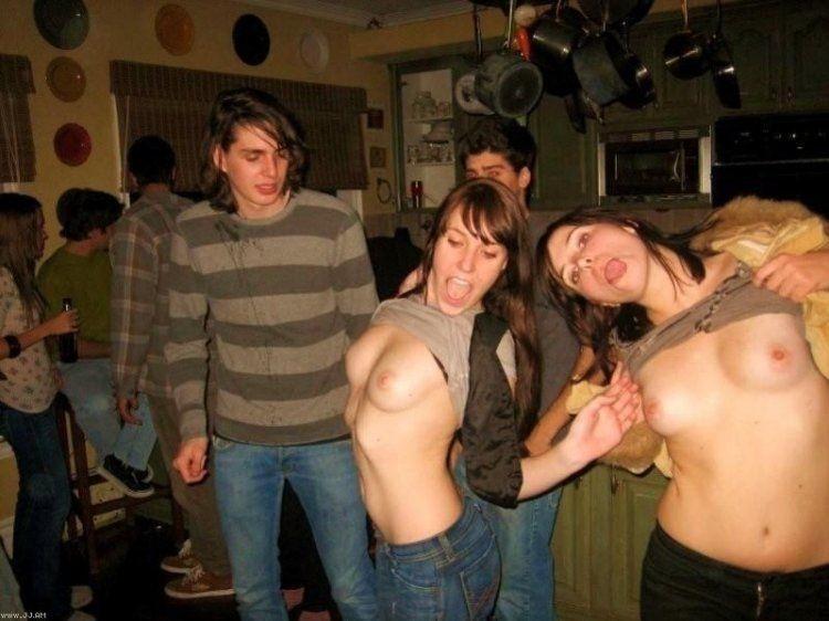 Парни фотографируют сиськи красоток на вечеринках - секс порно фото