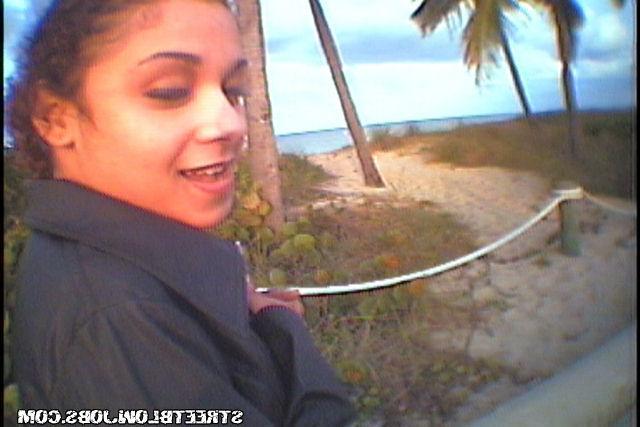 Подружка отсасывает парню во время прогулки по парку - секс порно фото