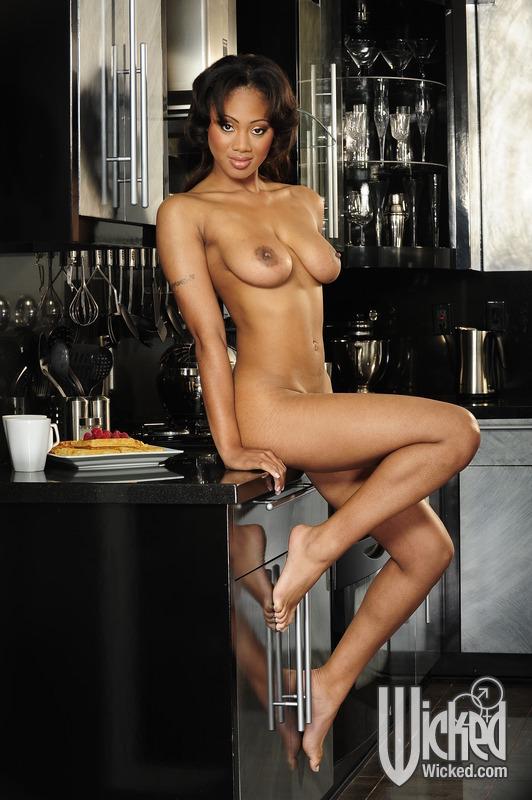 Чернокожая домохозяйка мастурбирует на кухне - секс порно фото