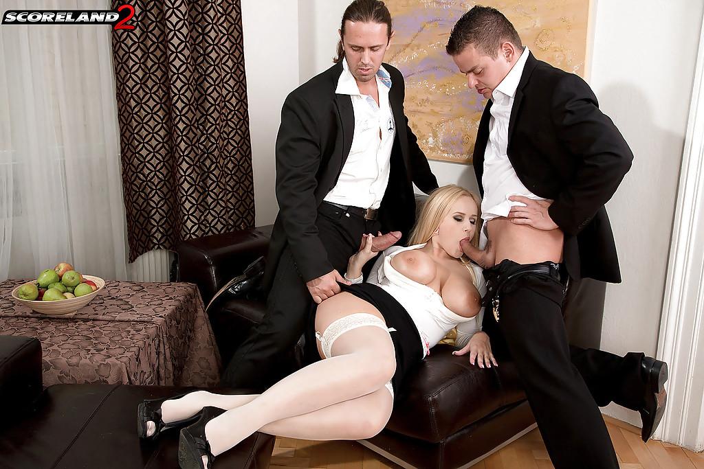 Красотку в белых чулках шпилят в два ствола на диване - секс порно фото