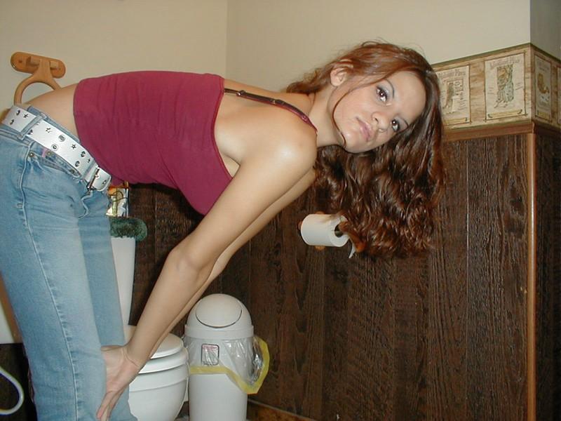 Молодая девица раздевается перед вебкамерой и мастурбирует с дилдо - секс порно фото