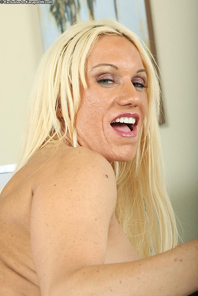 Грудастая блондинка разделась на рабочем месте - секс порно фото