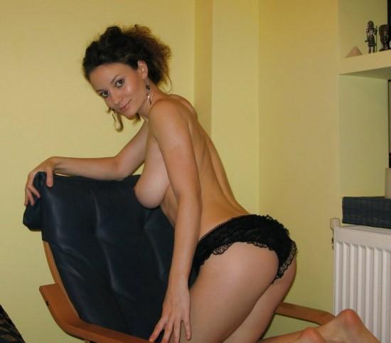 Грудастая красотка фотографируется голышом соседом на кровати - секс порно фото