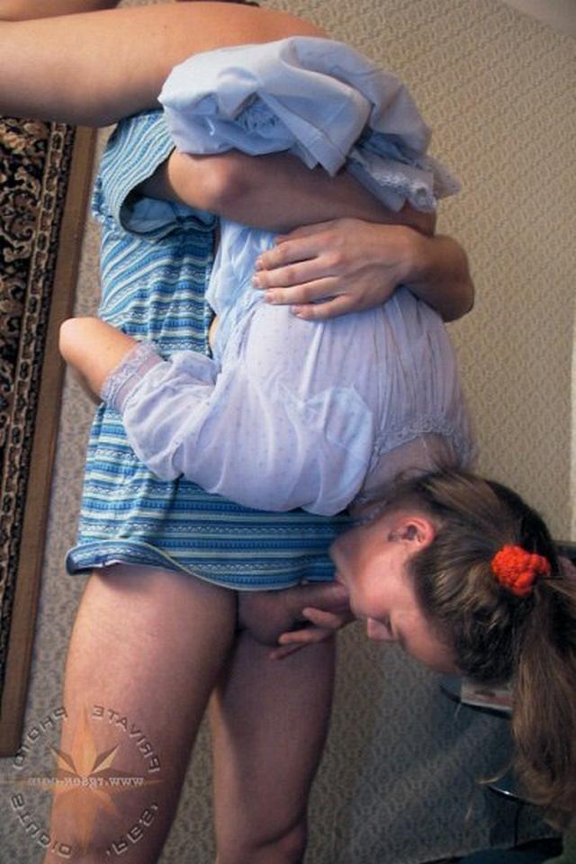 Парень трахает русскую подружку на кровати кончая на сиськи - секс порно фото