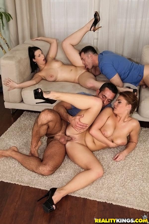 Две супружеские пары из Европы устроили груповушку на диване - секс порно фото