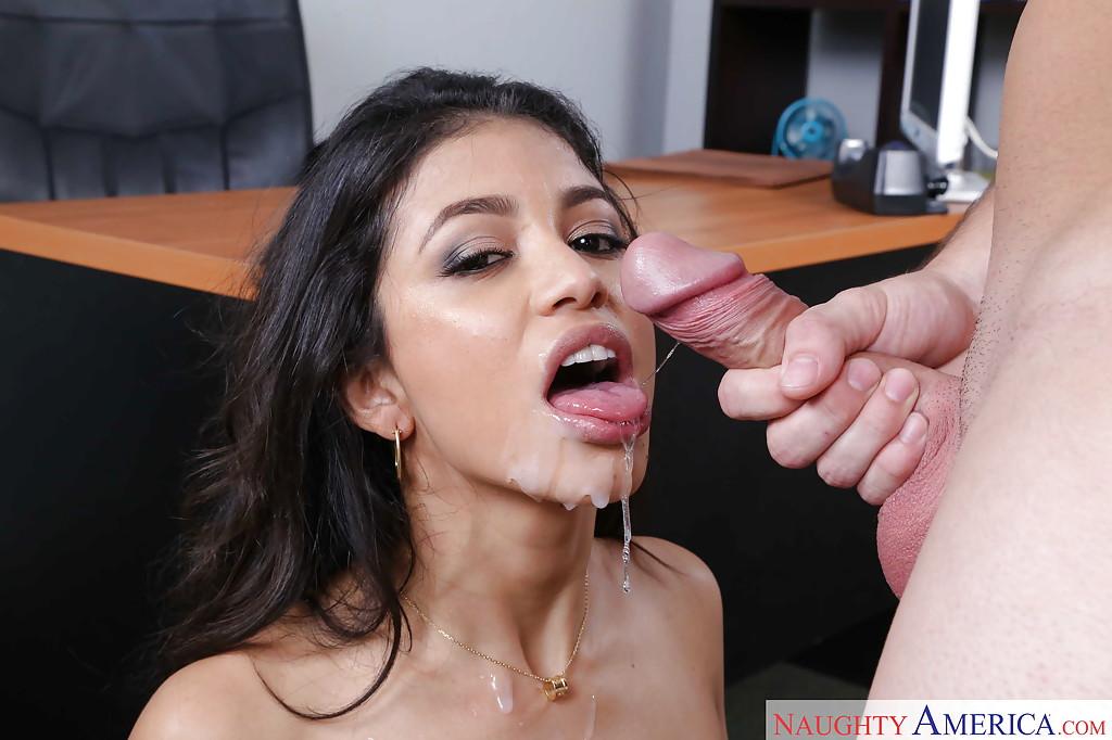 Латинская секретарша удовлетворяет босса в кабинете - секс порно фото