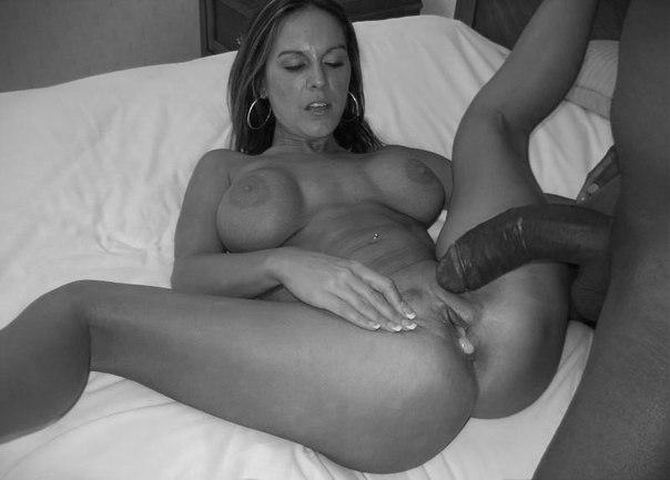 Девушкам кончают на промежность после траха огромным членом - секс порно фото