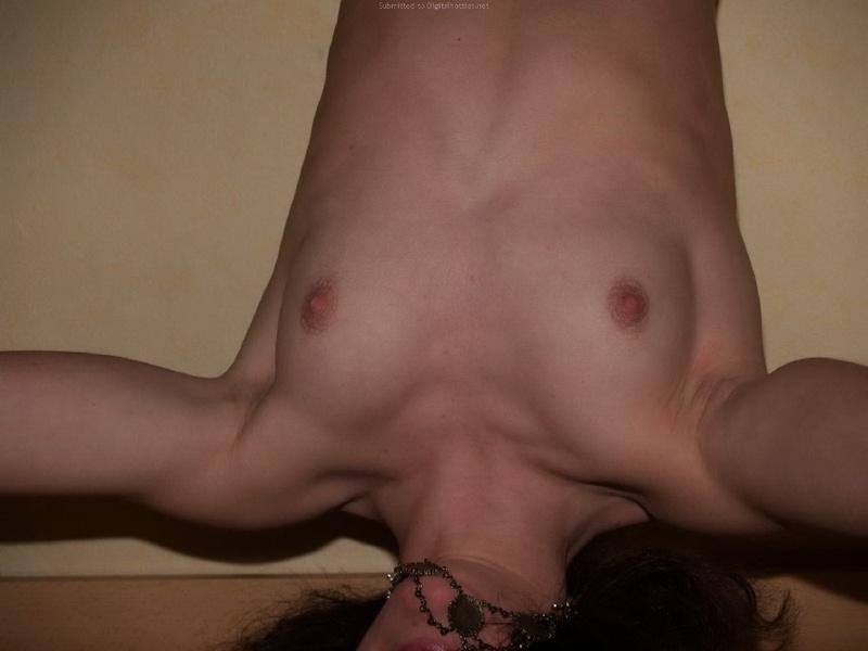 Худенькая девица танцует топлес в своей комнате - секс порно фото