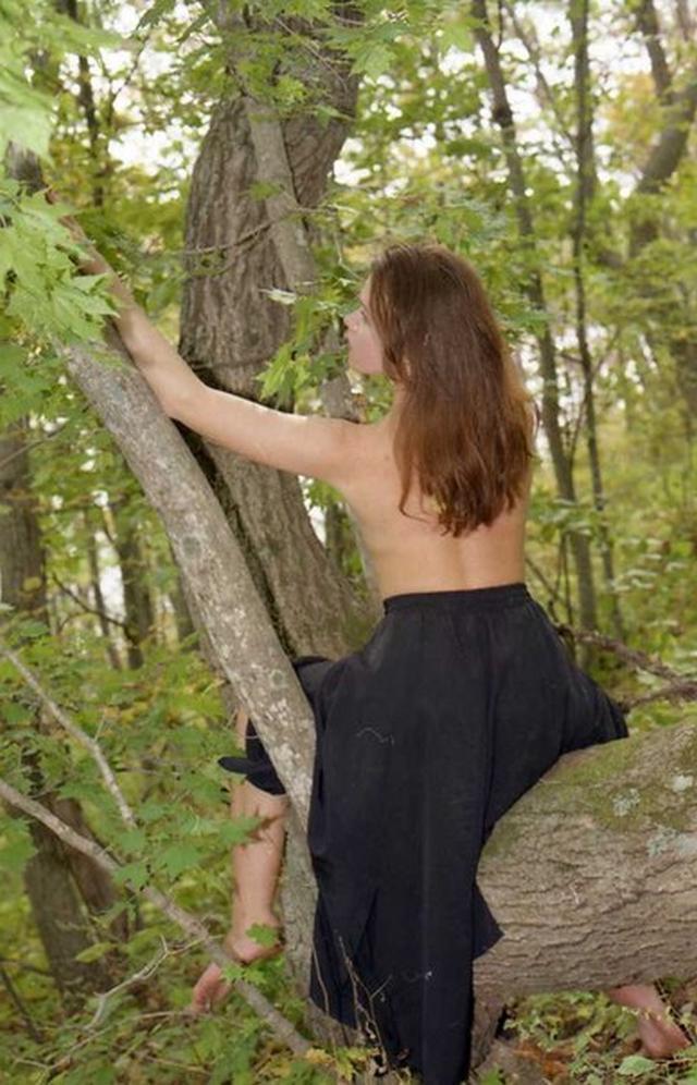 Молодая девица оголила свои формы на природе - секс порно фото
