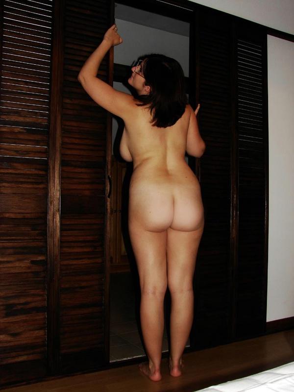 Грудастая супруга отсасывает фотографирующему это мужу в душе - секс порно фото