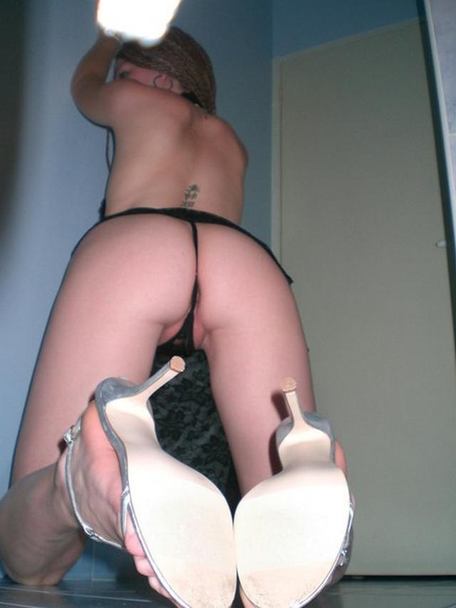 Худенькая извращенка раздевается дома и сосет дилдо - секс порно фото
