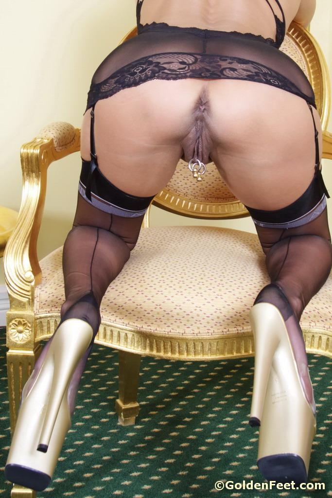 Голая мамаша красуется перед мужем свежим пирсингом в киске - секс порно фото