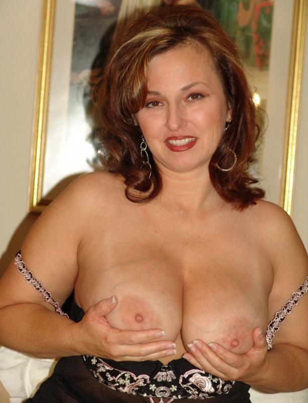 Пышная домохозяйка красуется перед мужем голышом в разных комнатах - секс порно фото