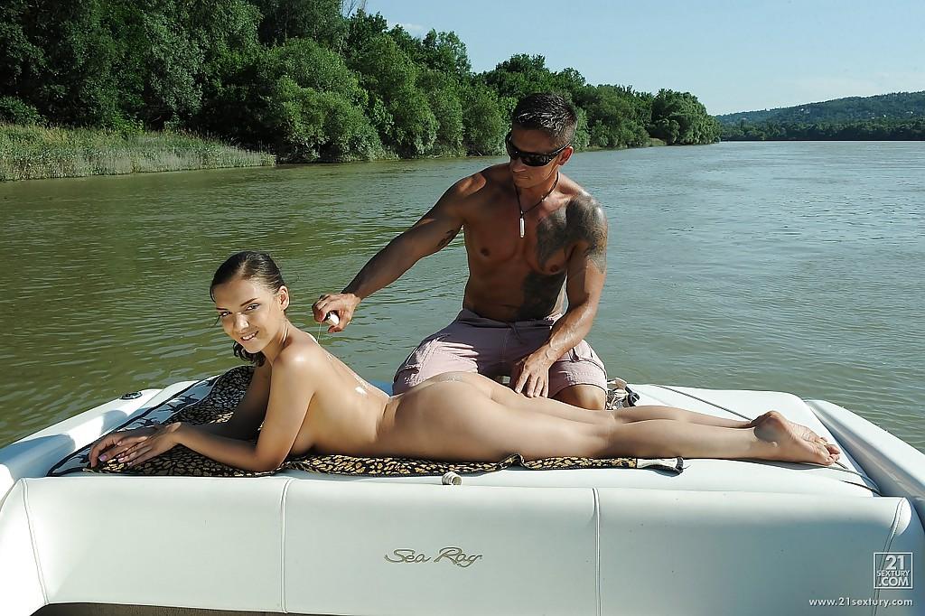 Русская туристка даёт в анал на катере посреди озера - секс порно фото