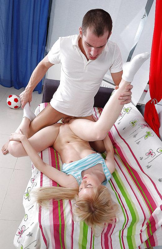 Парень имеет свою подружку в анал на её кровати - секс порно фото