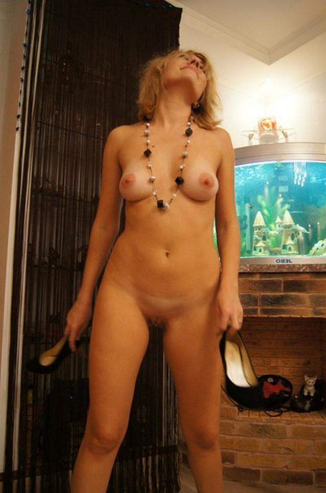 Женщина прохаживается голышом по дому - секс порно фото