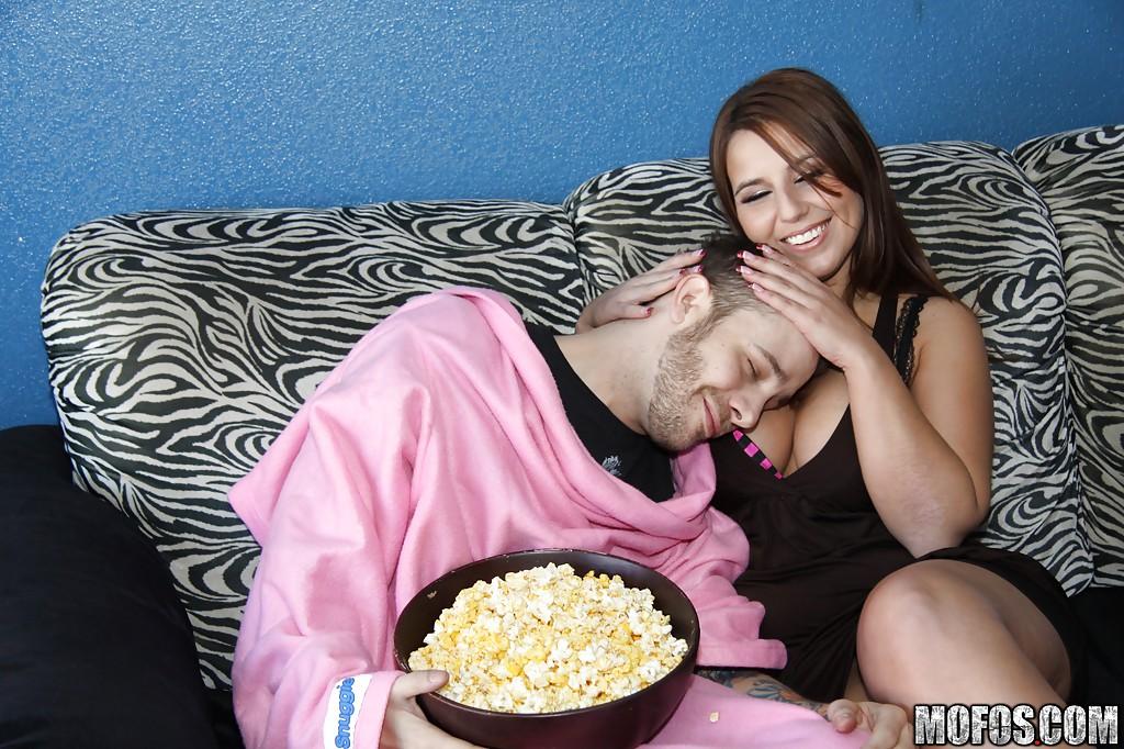 Грудастая пышечка отсасывает негру на глазах своего парня - секс порно фото