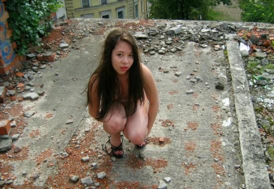 Молодая брюнетка гуляет голышом по заброшенному зданию - секс порно фото