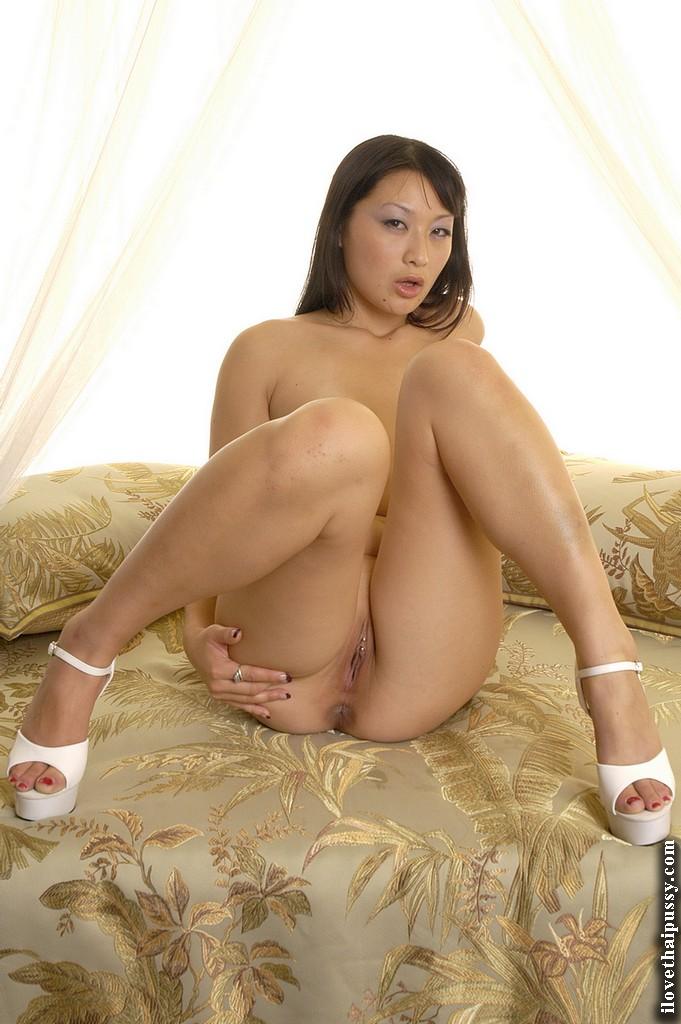 Тайская красотка мастурбирует свою пирсингованную киску на кровати - секс порно фото