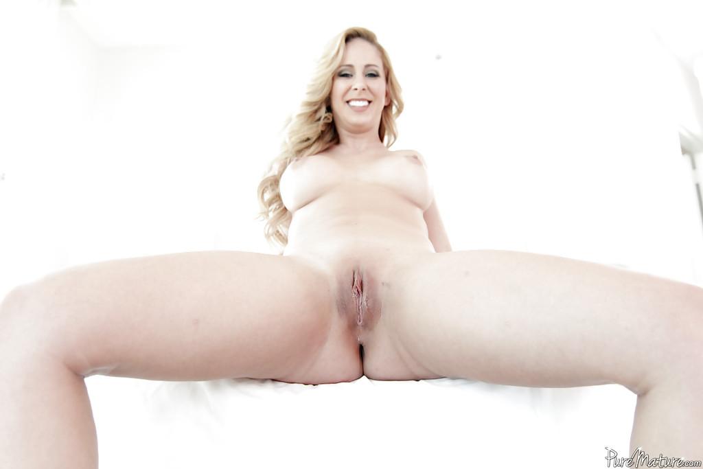 Грудастая мамаша раздевается на кровати для мужа - секс порно фото