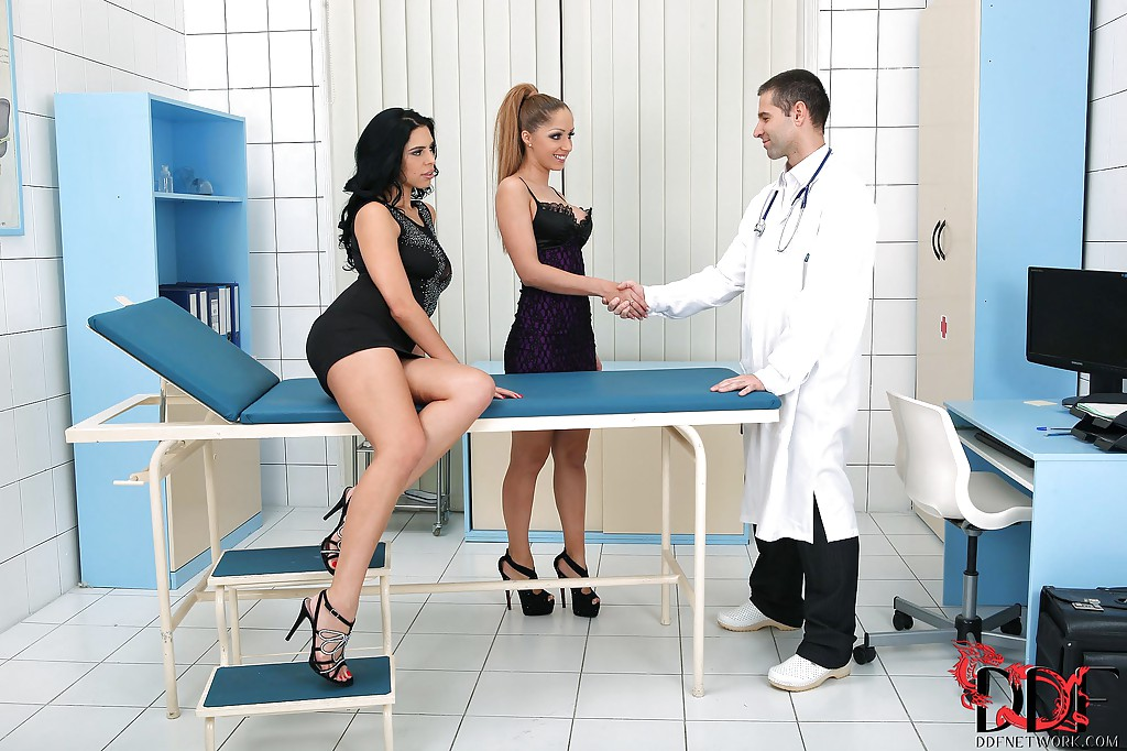 Две сексуальные пациентки отсосали доктору в кабинете - секс порно фото