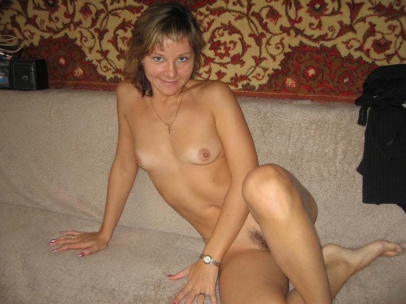 Худая дамочка обнажилась, сняв ажурное белье - секс порно фото