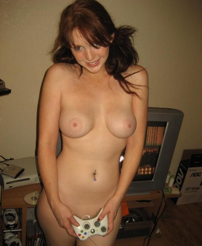Грудастая задротка играет в приставку голышом - секс порно фото