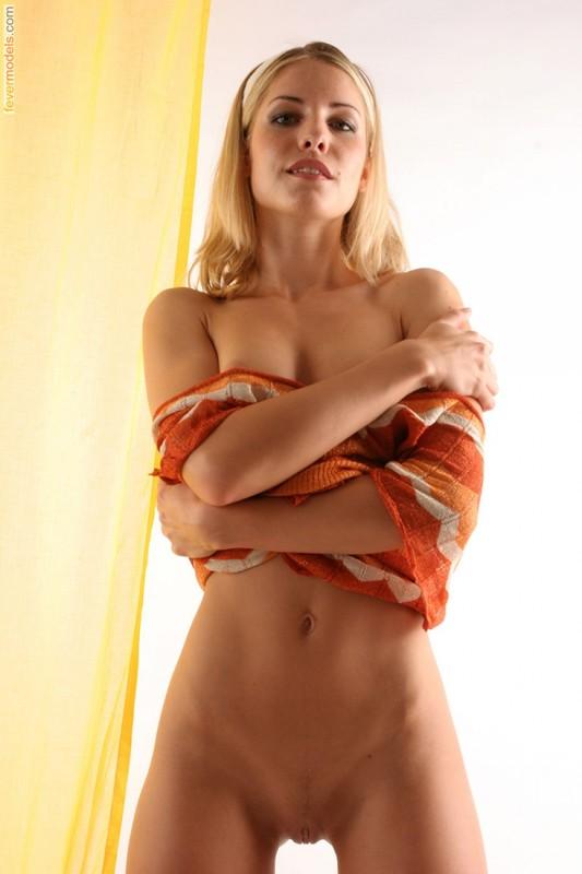 Молодая модель обнажает упругую попу - секс порно фото