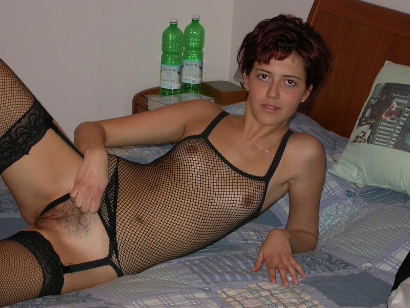 Загорелая цыпочка распахнула волосатую киску - секс порно фото